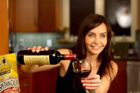 Kelli McCarty en Celebrity Wine Testing